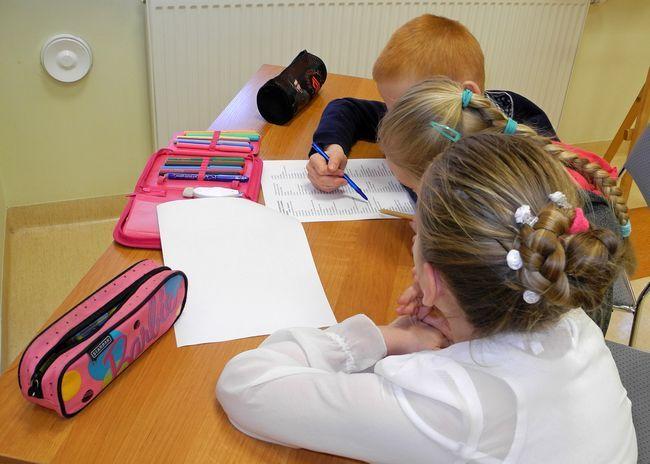 Uczniowie wypełniają test ze znajomości treści książek