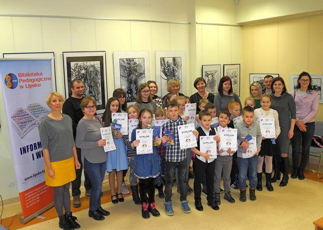 Pamiątkowe zdjęcie uczestników konkursu, opiekunów i rodziców