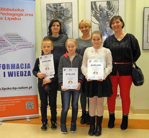 Uczniowie z NSP w Gozdawia wraz opiekunką panią Ewą Szmajdą