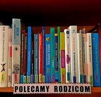 Na zdjęciu fragment półki z książkami z podpisem Polecamy rodzicom.
