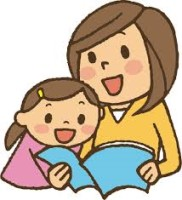 Na obrazku mama czytająca dziecku książeczkę.