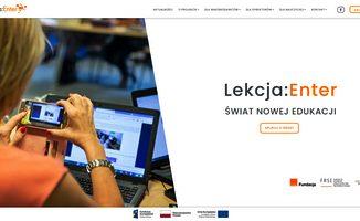Na zdjęciu widnieje logo projektu Lekcja: Enter oraz zdjęcie nauczyciela ze smartfonem filmujacego ekran laptopa.