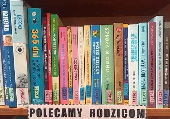 Na zdjęciu fragment półki z książkami i podpis Polecamy rodzicom